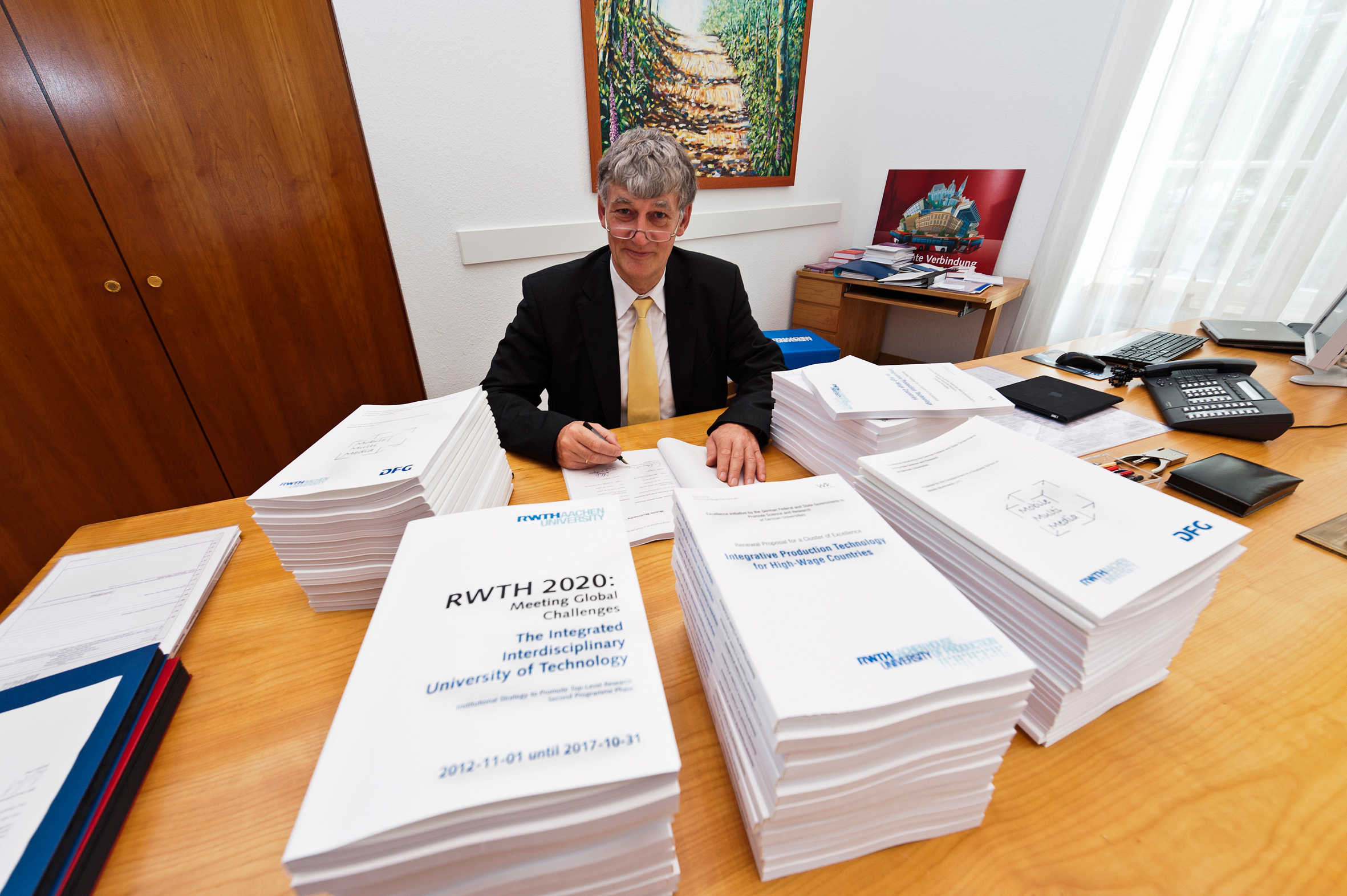 Rector Ernst M. Schmachtenberg signs the Excellence Proposal